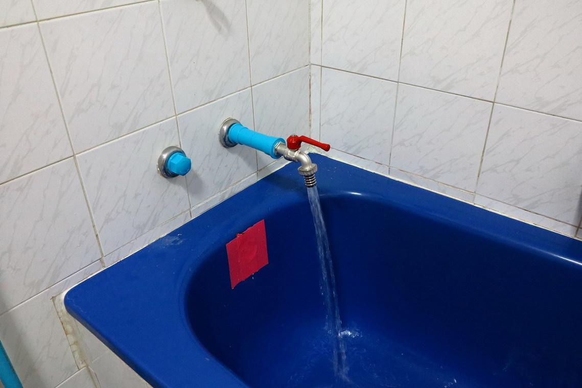 ถอดก๊อกอ่างอาบน้ำอันเก่าออก เปลี่ยนเป็นก๊อกสนาม